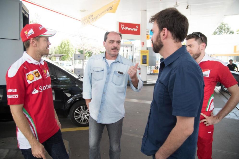 Il ferrarista incontra gli automobilisti che si sono fermati a fare benzina