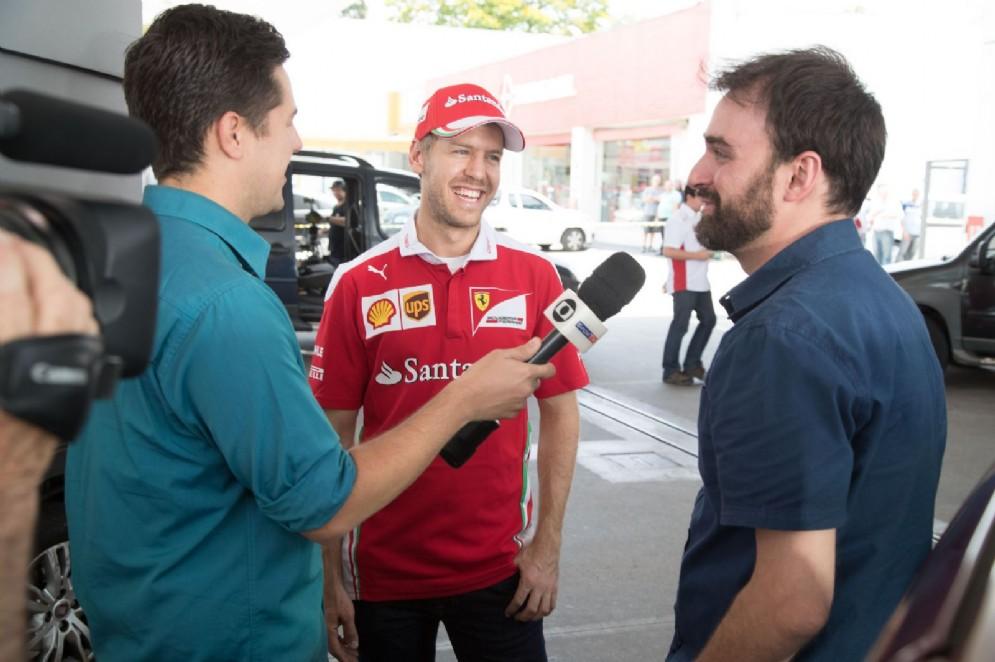 Le tv locali intervistano il fortunato automobilista che ha incontrato Vettel