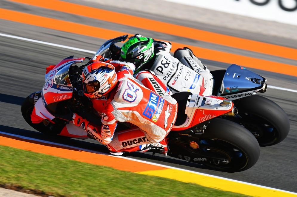 Andrea Dovizioso in azione a Valencia