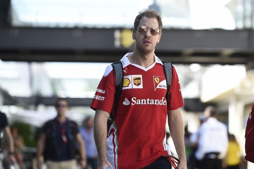 Sebastian Vettel passeggia nel paddock di San Paolo