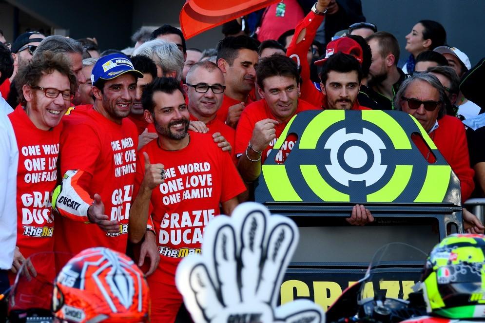 L'ultima foto di gruppo di Andrea Iannone con la Ducati