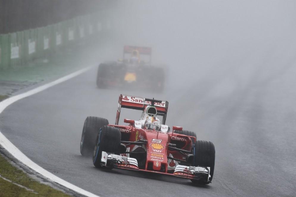 Sebastian Vettel davanti a Max Verstappen