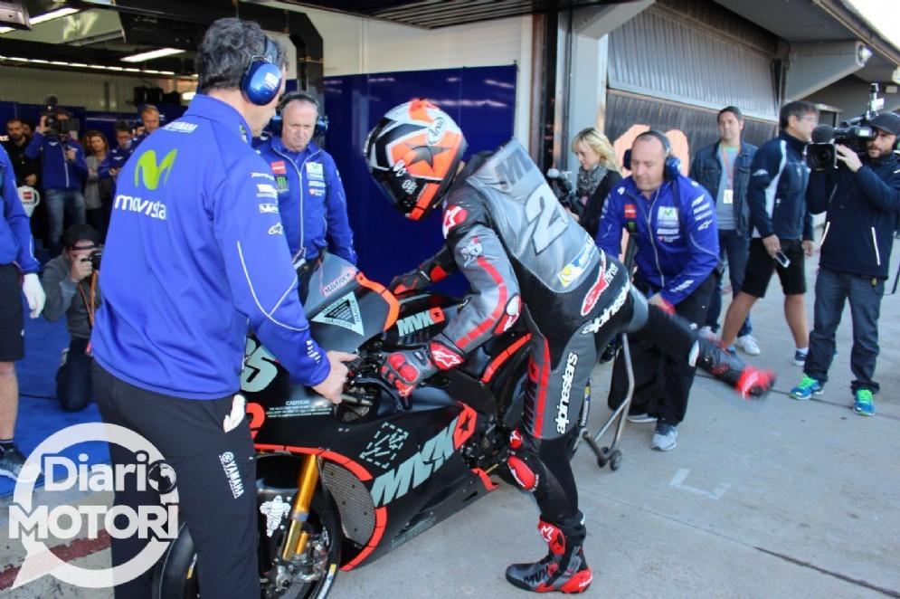 Maverick Vinales sale in sella alla Yamaha M1 (© Diario Motori)