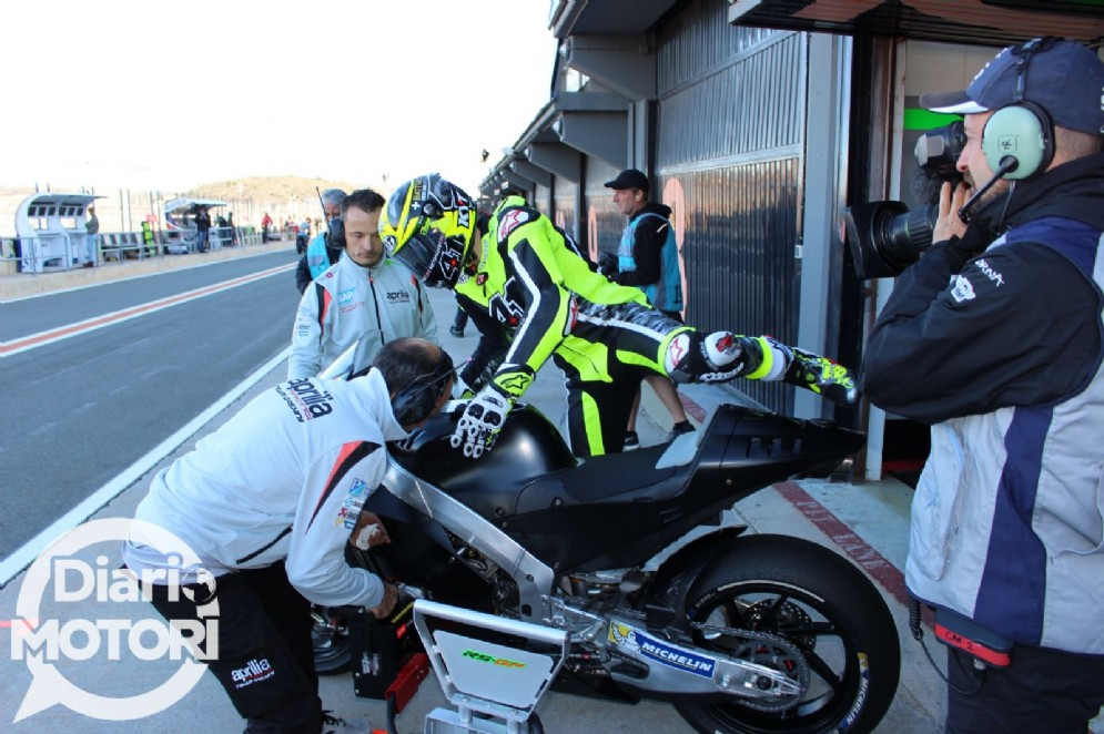 Aleix Espargaro sale in sella alla Aprilia RS-GP