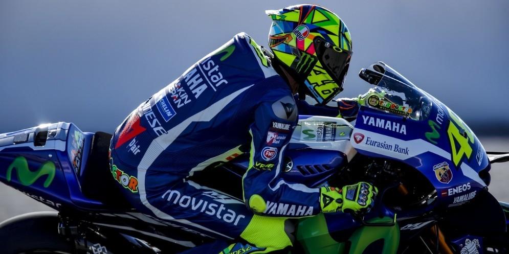 Valentino Rossi in pista con la nuova moto