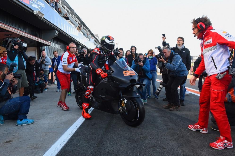 Jorge Lorenzo esce dai box Ducati