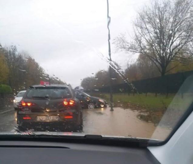 Incidente causato dall'acqua sulla strada