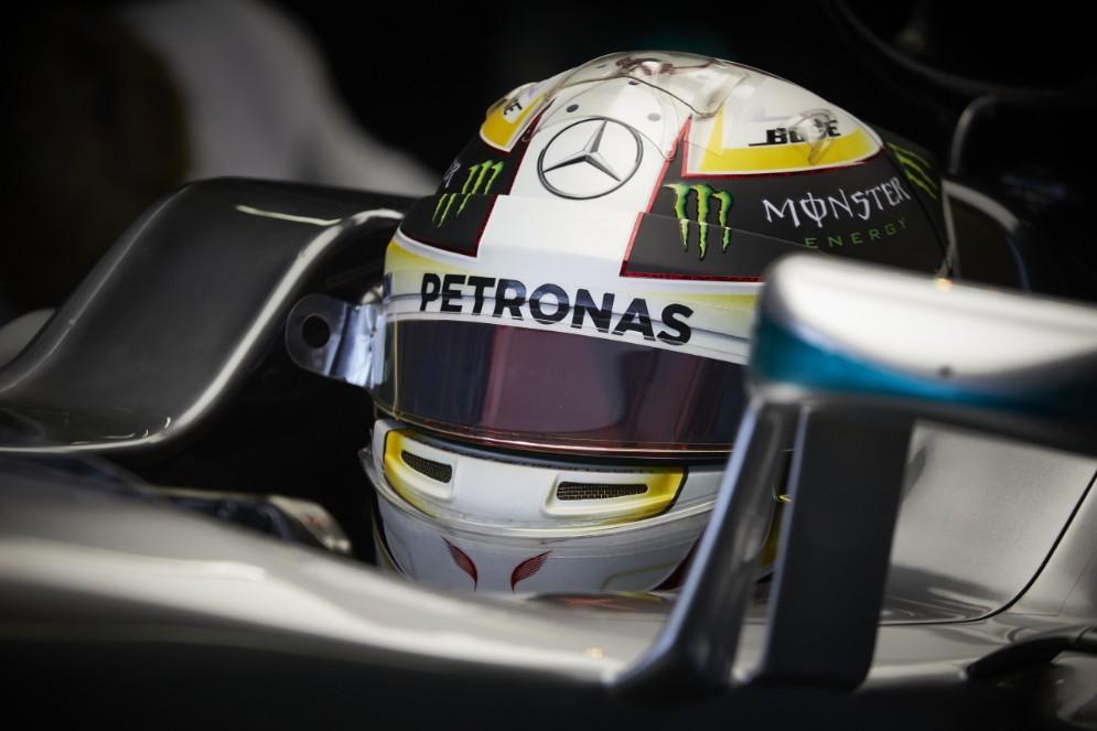 Lewis Hamilton nell'abitacolo della sua monoposto