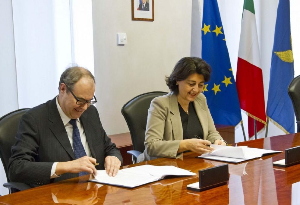 Pietro Biasiol e l'assessore Mariagrazia Santoro alla firma del Protocollo