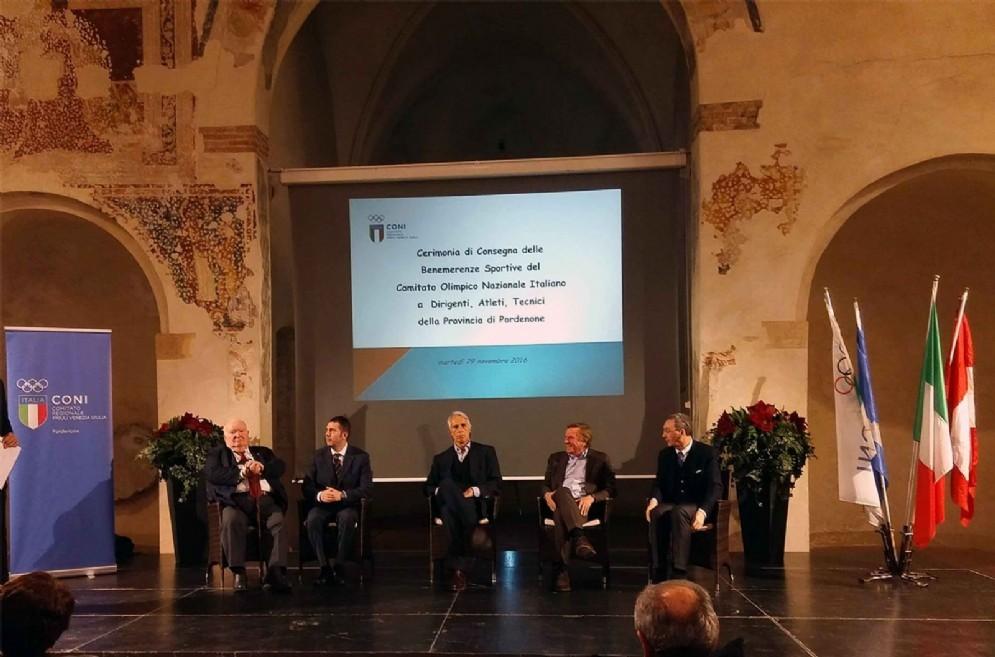 Giancarlo Caliman (Delegato provinciale CONI Pordenone), Alessandro Ciriani (Sindaco Pordenone), Giovanni Malagò (Presidente CONI), Giorgio Brandolin (Presidente CONI FVG) e Sergio Bolzonello (Vicepresidente Regione FVG) alla cerimonia