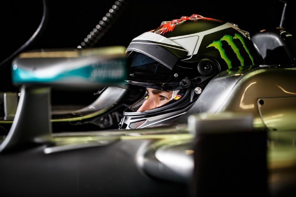 Lorenzo nell'abitacolo della Mercedes nel test a Silverstone