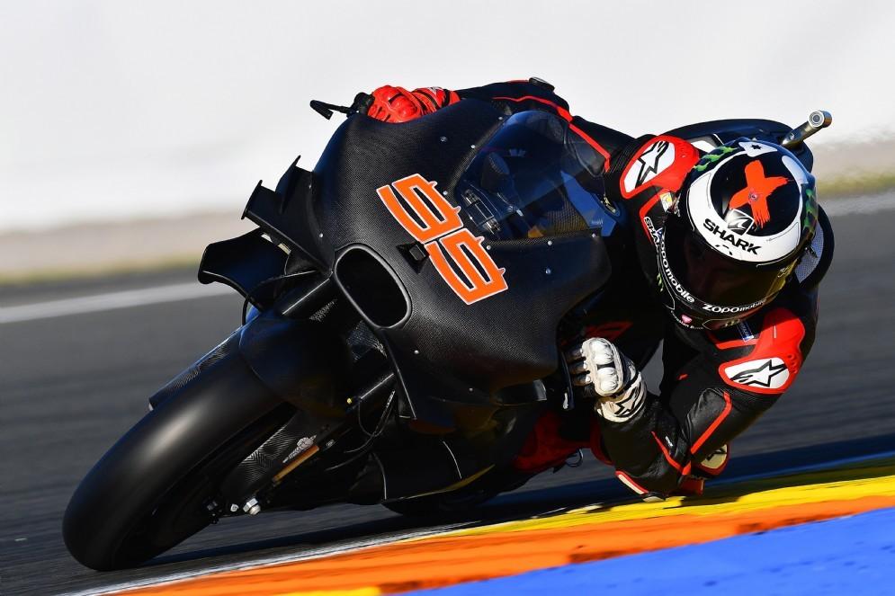 Jorge Lorenzo in pista nei test con la sua nuova Ducati