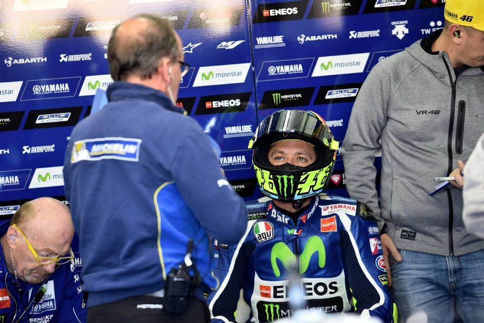 Valentino Rossi al box Yamaha