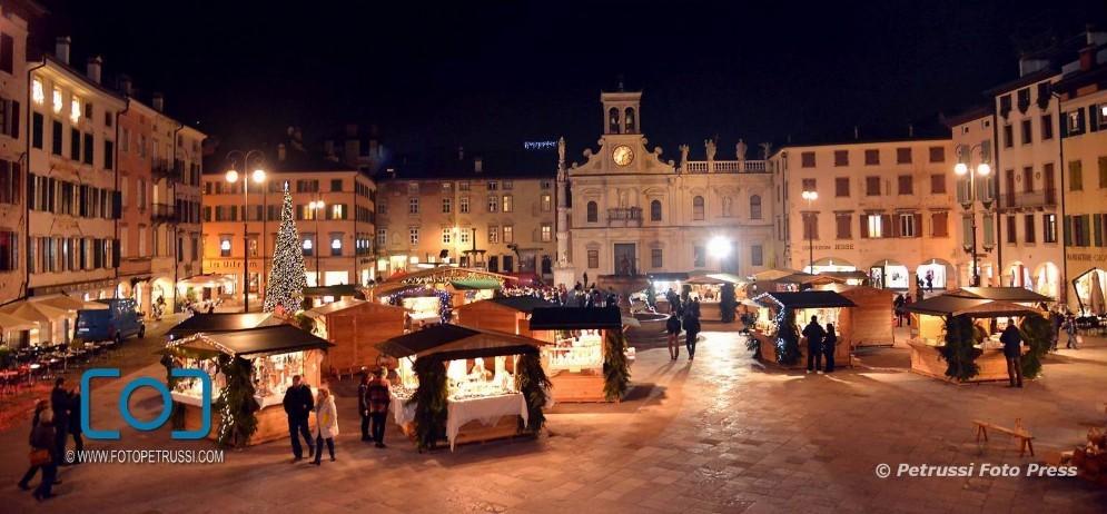Ha aperto i battenti il mercatino natalizio in piazza San Giacomo (© Petrussi)