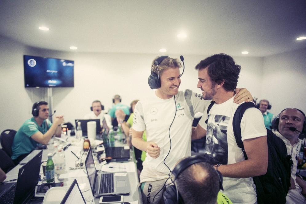 Pacche sulle spalle con l'amico Fernando Alonso