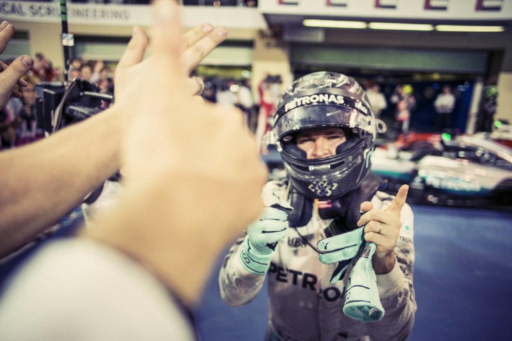 Sceso dalla macchina, Rosberg festeggia con i suoi meccanici