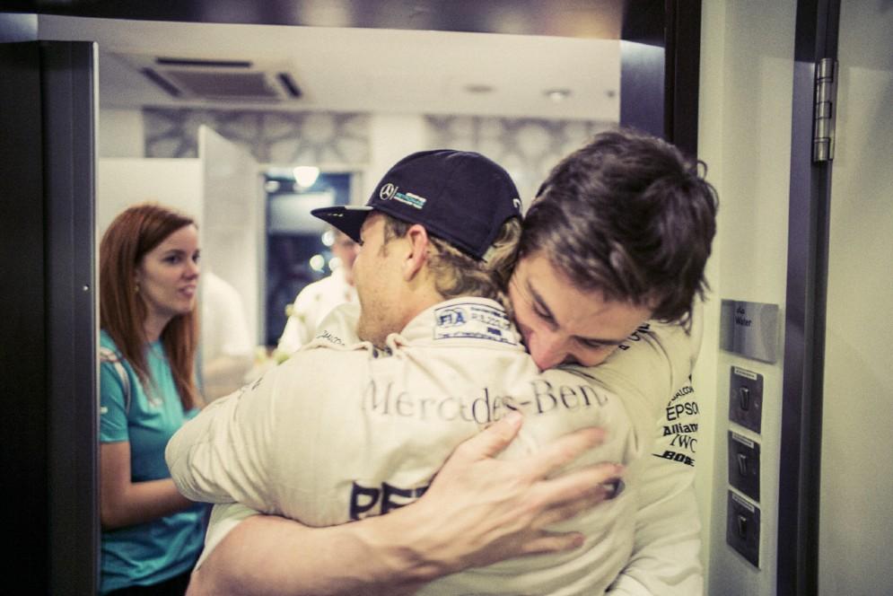 Nico abbraccia il team principal Toto Wolff