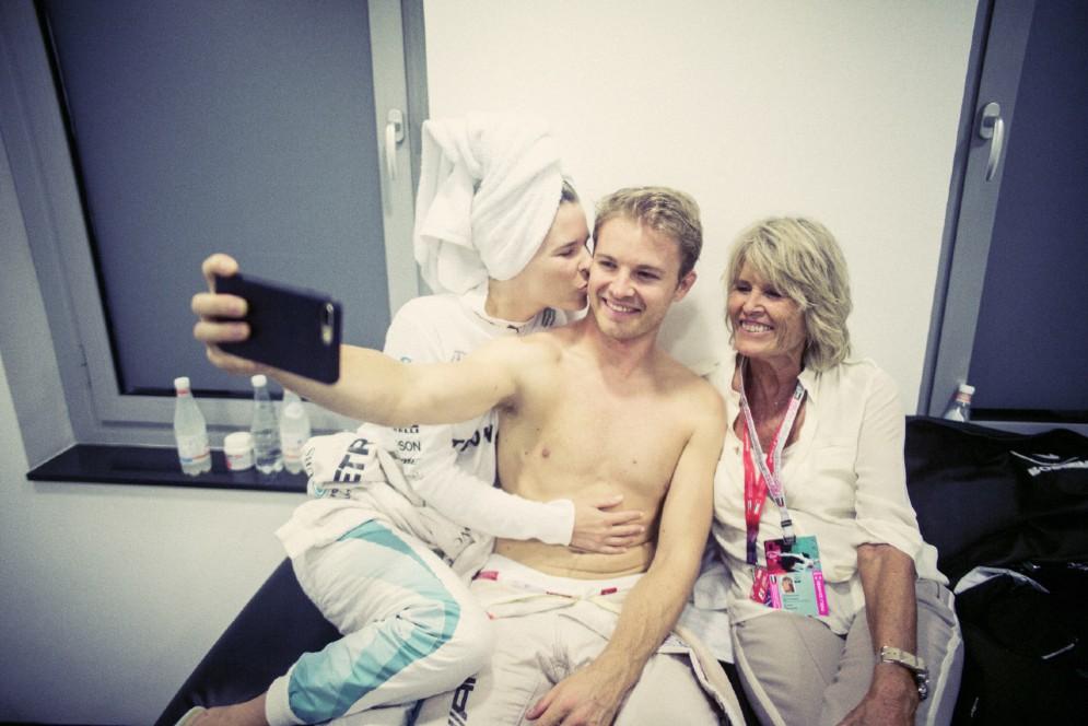 Un selfie con moglie e mamma