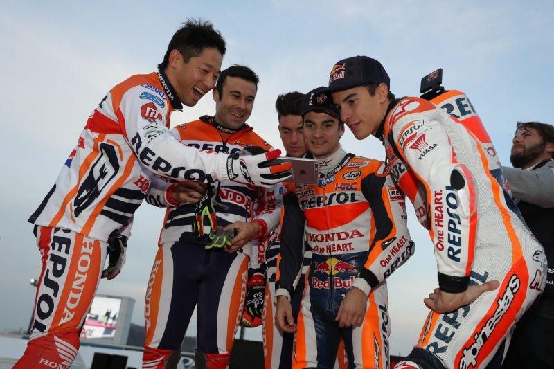 I campioni di trial Toni Bou, Takashisa Fujinami e Jaime Busto con Pedrosa e Marquez