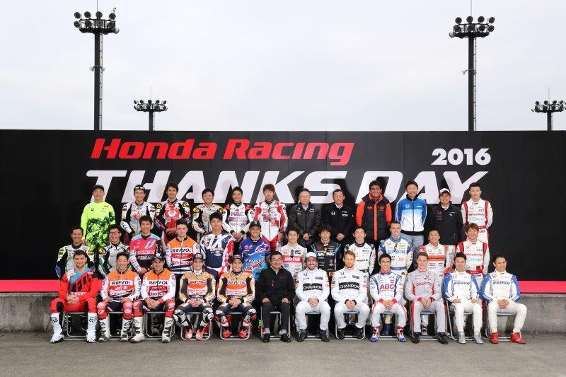 Foto di gruppo con tutti i piloti Honda
