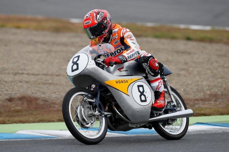 Marquez sulla Rc142, una moto storica di classe 125