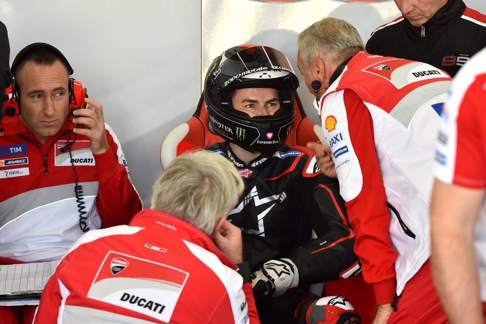 Jorge Lorenzo ai box Ducati nei test di Valencia
