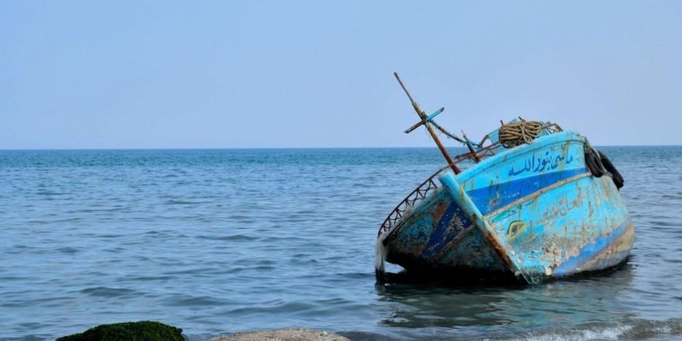 Uno dei tanti pescherecci che porta i migranti sulle nostre coste.