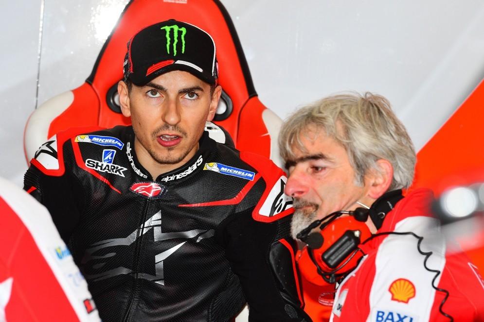 Lorenzo al suo primo test con Ducati insieme al dg Gigi Dall'Igna