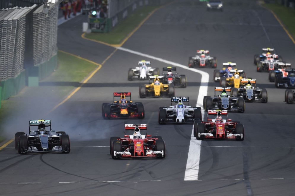 Esordio in Australia: al via le Ferrari scattano in testa, ma la safety car rovina i piani (© Ferrari)
