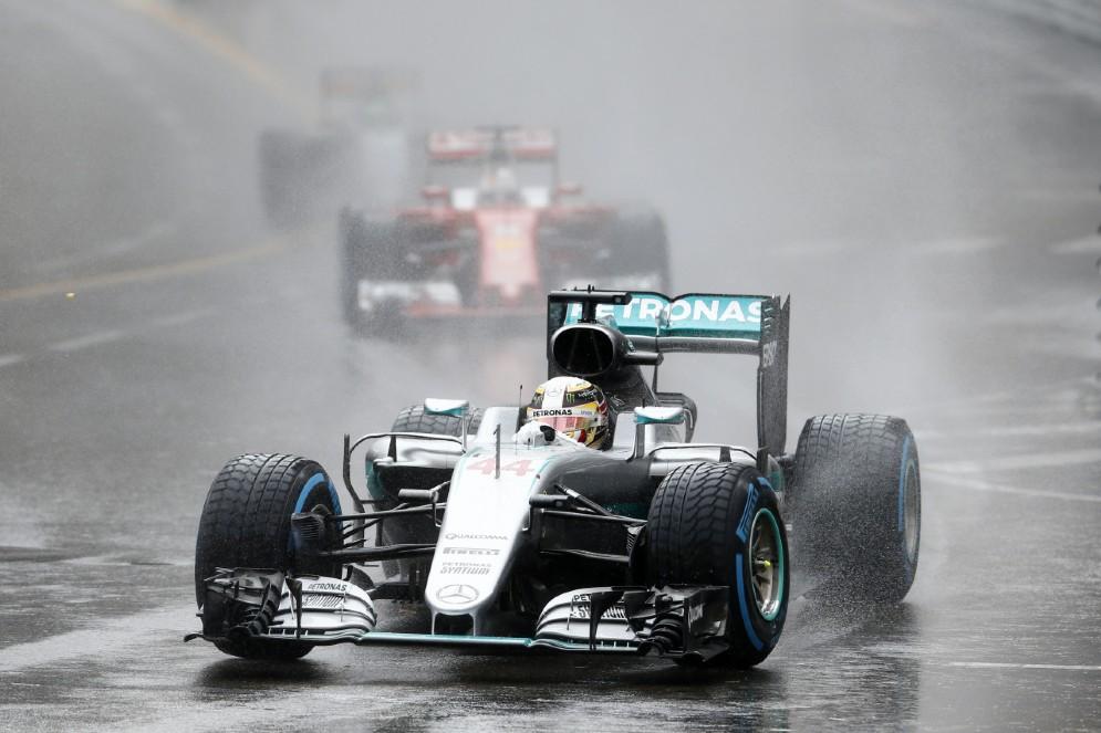 Sotto il diluvio di Montecarlo inizia la rimonta di Lewis Hamilton: primo successo stagionale