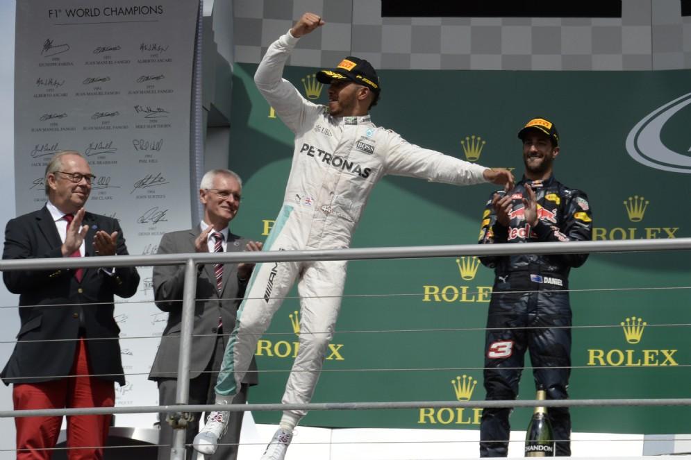 Il campione del mondo vince sei GP estivi, nel mezzo Rosberg fa suo soltanto quello di Baku