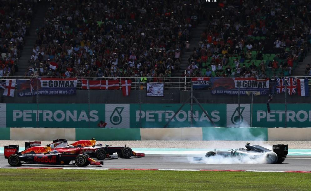 Colpi di scena a ripetizione in Malesia: Rosberg si tocca con Vettel e va in testacoda al primo giro