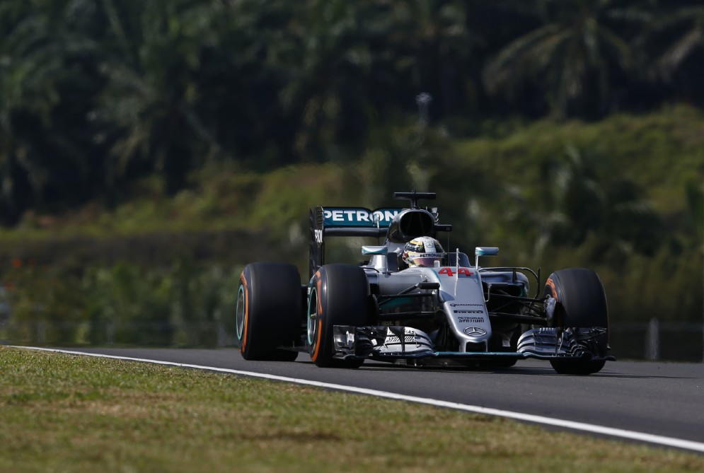 A Sepang domina Hamilton, ma a sedici giri dalla fine gli si rompe il motore: è ritiro
