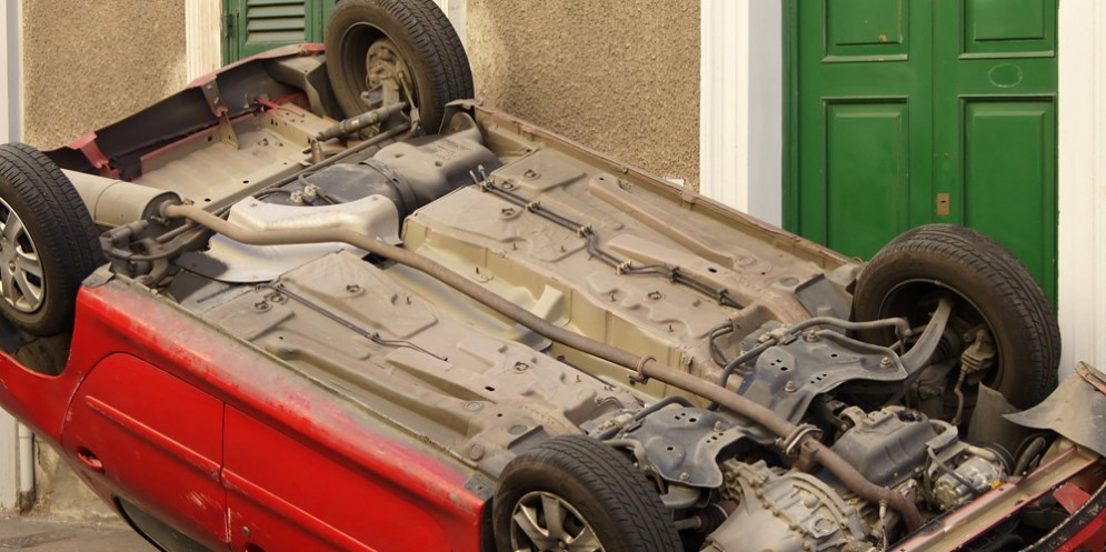 20enne si schianta contro la pompa di benzina e l'auto si ribalta