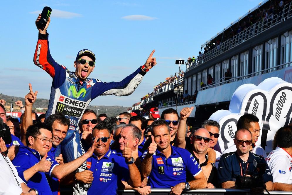 Jorge Lorenzo, che aveva fatto suo il primo GP, vince anche l'ultimo a Valencia. E saluta così la Yamaha...