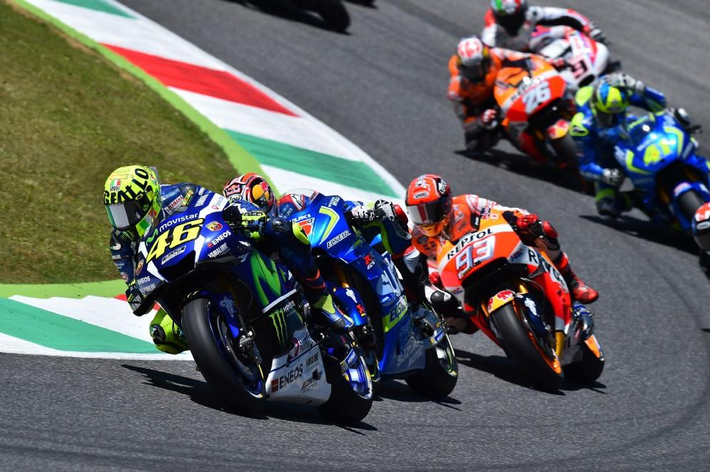 Mugello, la svolta negativa della stagione di Rossi: dopo 15 giri gli esplode il motore. Vince Lorenzo