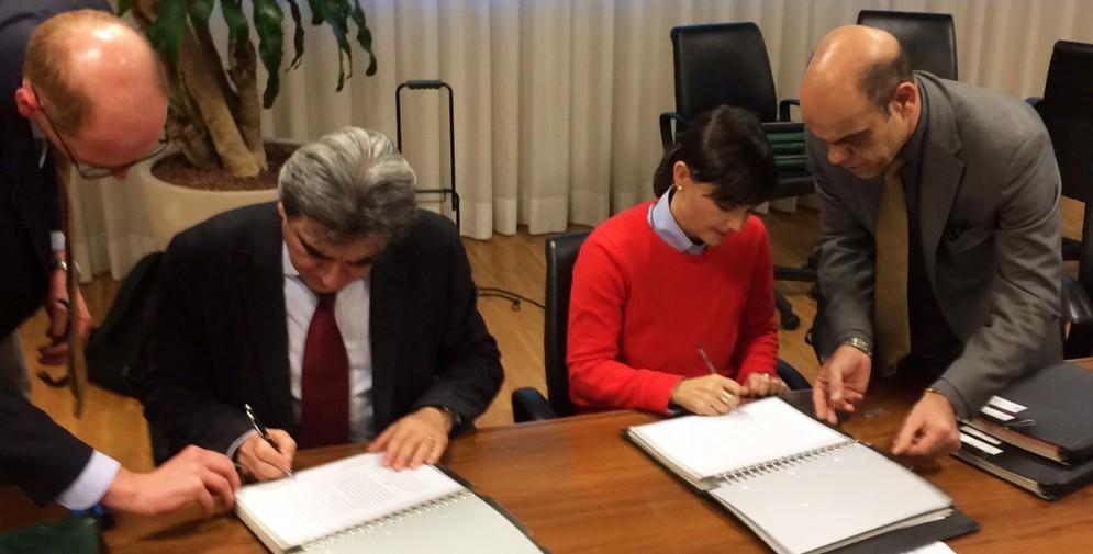 La firma del contratto da parte di Serracchiani