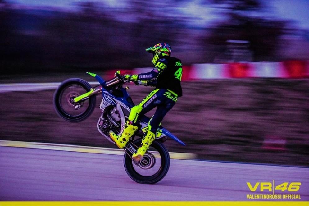 Valentino Rossi non riesce a restare lontano dalle moto nemmeno a Natale: si allena al suo Ranch