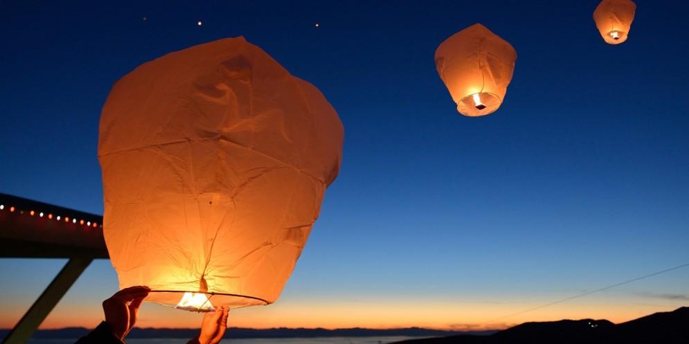 Sconsigliato l'uso di lanterne cinesi e fuochi d'artificio