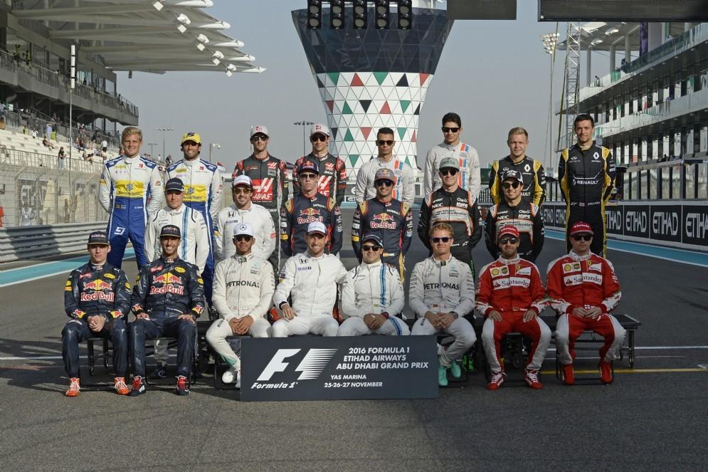 L'ultima foto di gruppo con i piloti della stagione 2016 di Formula 1