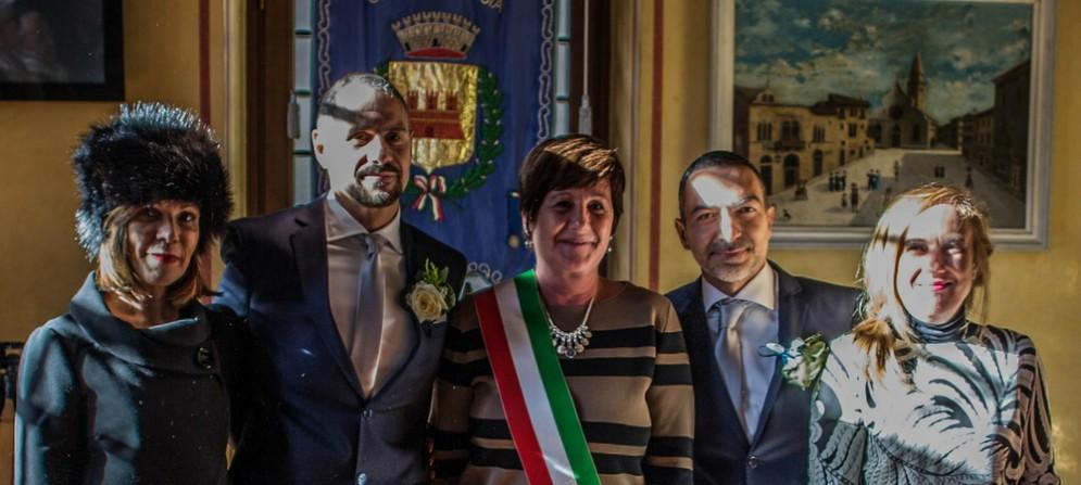 Fabio e Stefano nella cerimonia con il sindaco Laura Marzi