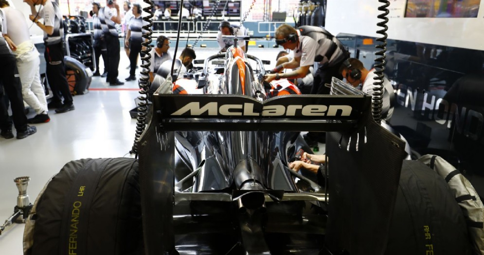 La McLaren ferma nel suo box