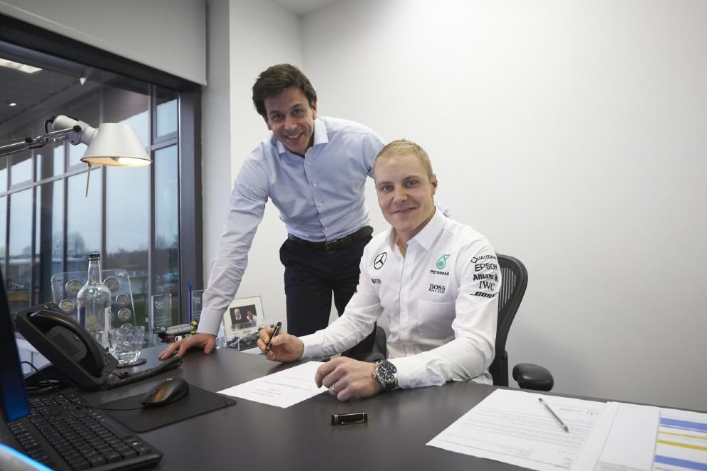 Bottas firma il contratto con il team principal Toto Wolff