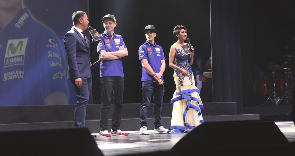 Valentino Rossi e Maverick Vinales sul palco a Giacarta