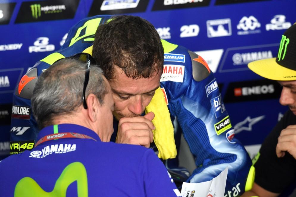 Valentino Rossi ai box Yamaha