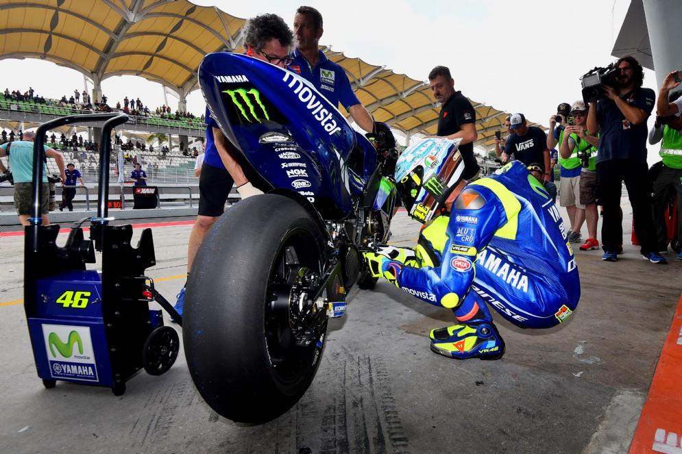 Valentino Rossi accanto alla sua M1