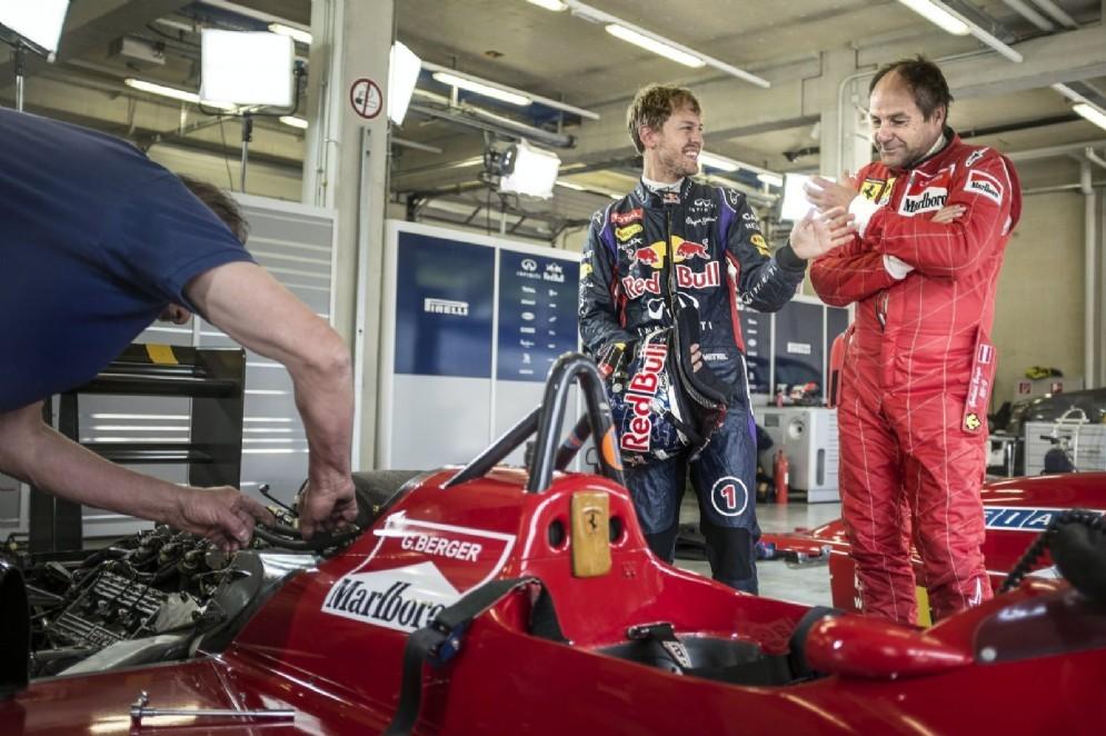 Gerhard Berger nella sua vecchia tuta Ferrari con Vettel