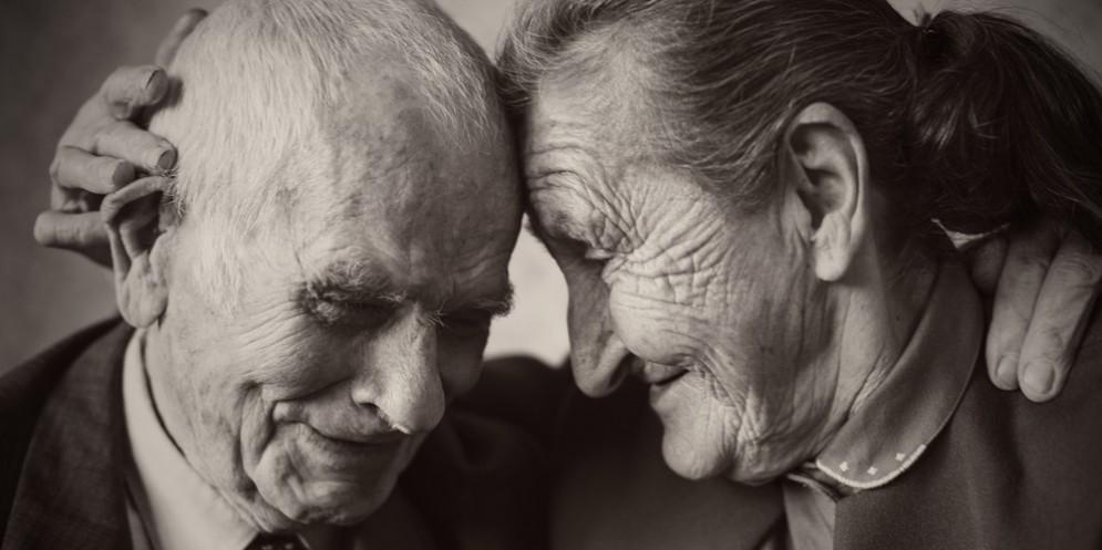 La tenerezza di due anziani in una foto d'archivio
