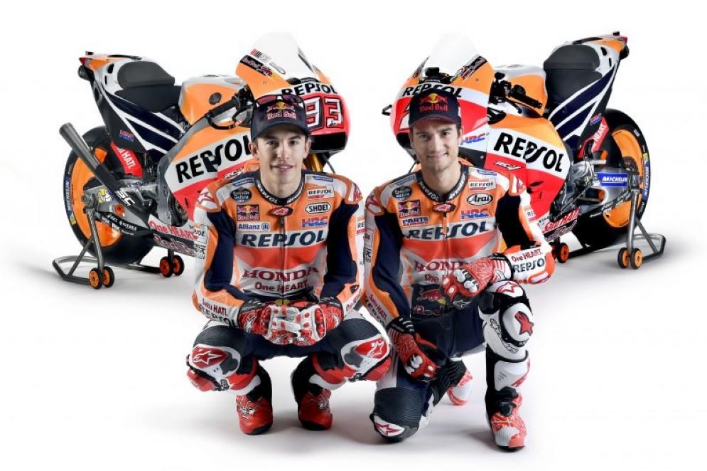 Marc Marquez e Dani Pedrosa posano con le loro nuove Honda (© Honda)