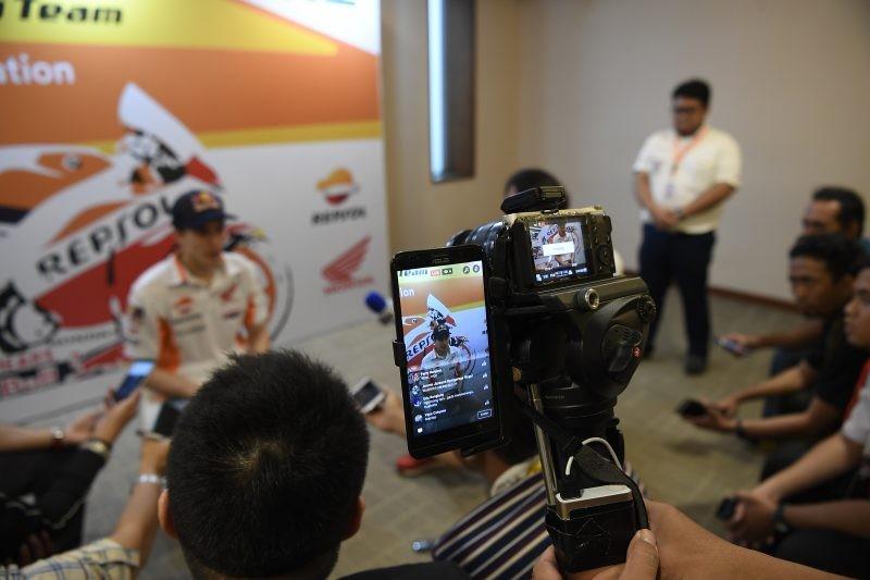 Marc Marquez parla con i giornalisti alla presentazione